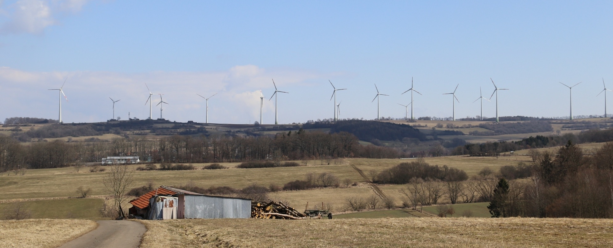 """Der von der Renertec errichtete """"Windpark"""" am Biehnes an der Grenze der drei Gemeinden Mücke, Feldatal und Ulrichstein ist für seine zu geringen Abstände zwischen den Windkraftanlagen bekannt. Dies führt zu Eintragseinbußen."""