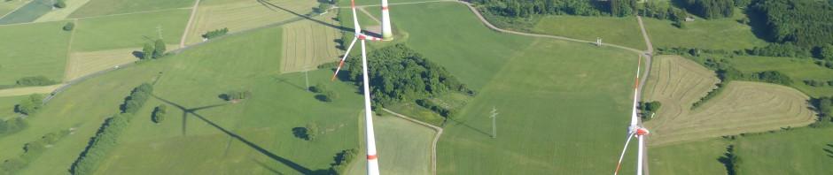 Drei geplante Windkraftanlagen an Kopf und Köppel (rot, unmaßstäblich)