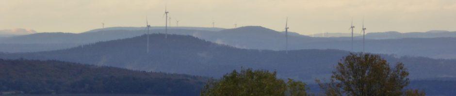 Für diese dreiarmigen Banditen der OVAG (projektiert durch die hessenenergie) bei Wartenberg-Angersbach im Vogelsbergkreis wurde neben Wald und Landschaft ein steinzeitliches Hügelgrab kontrolliert zerstört