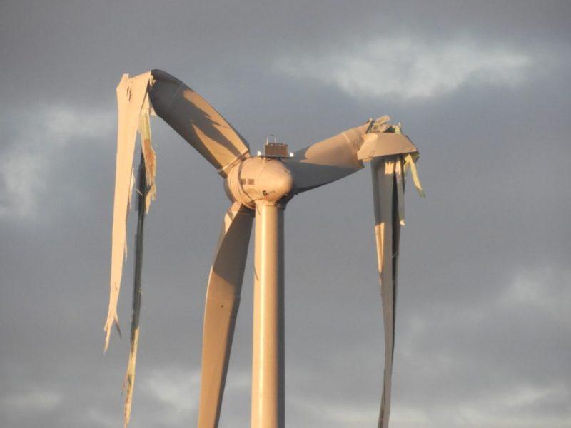 Umweltkatastrophe: In Borchen-Etteln kam es bei einer neuen WKA zu einem Windrad-Unfall. Bei der Havarie der Windkraftanlage wurden Trümmer im Umkreis von 800 m verteilt! Die Böden sind mit Glasfaserpartikeln verseucht. Greift das Umweltschadensgesetz? (Foto: Gegenwind Borchen)