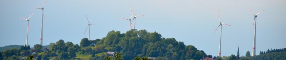 Ulrichstein: wahrzeichen Schlossberg verschandelt durch Dreiarmige Banditen: Windkraftanlagen dominieren die Landschaft